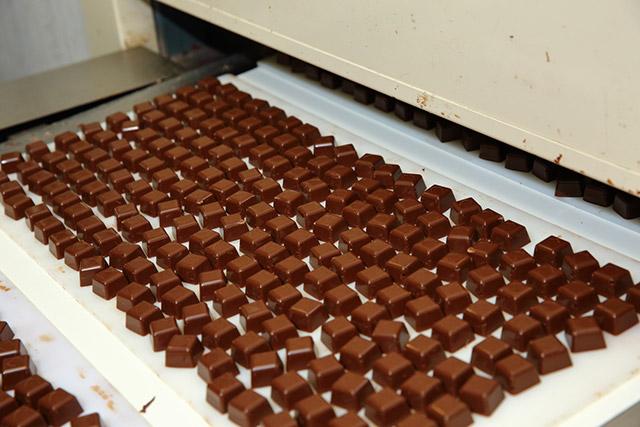 ひとくちチョコ充填ライン